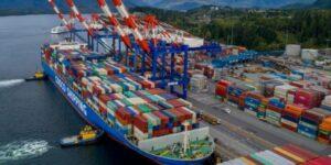 контейнерные суда пустили через Канаду фото